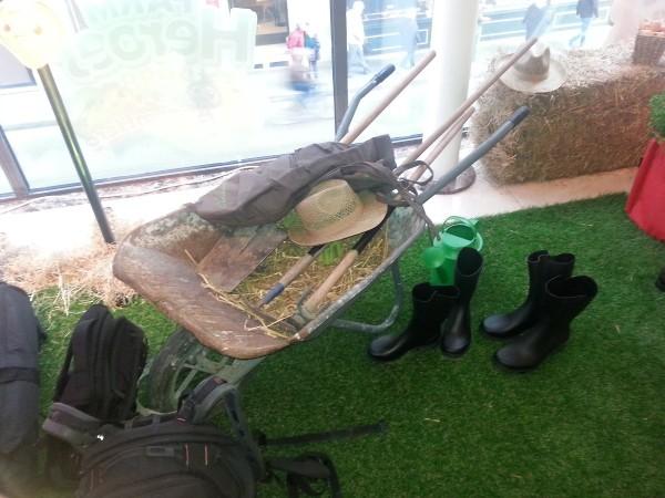 Les fameux accessoires pour se déguiser en parfait fermier, avec brouette et bottes s'il vous plait!