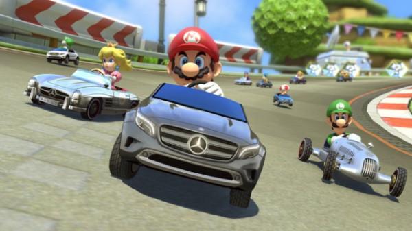 De gauche à droite Peach dans la 300 SL Roadster, Mario dans la GLA et Luigi dans la W25